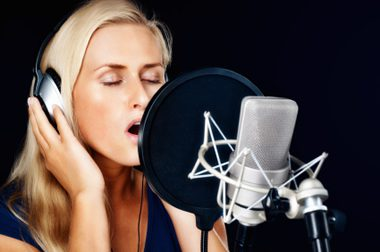 girl_singing_in_recording_studio
